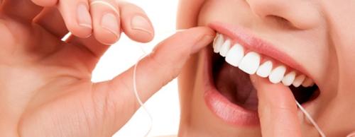 kak-chistit-zuby-zubnoj-nityu