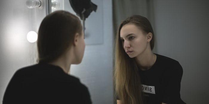 девушке не нравится свое отражение в зеркале